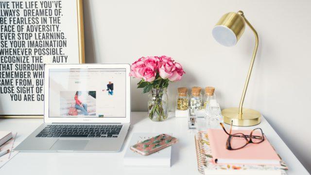 花と机の画像