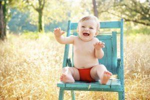 赤ちゃんがイスに座る画像