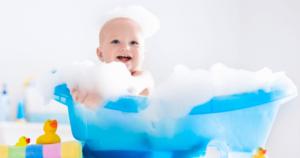赤ちゃんがお風呂に入る画像