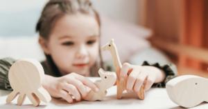 女の子が木のおもちゃで遊ぶ画像