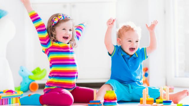 喜ぶ子供の画像